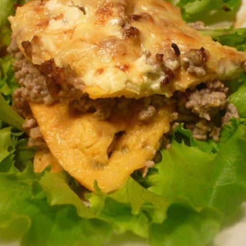 Low Carb Lasagne auf einem Salatbett